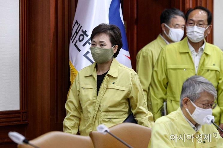 [포토]회의실 들어서는 김현미 장관