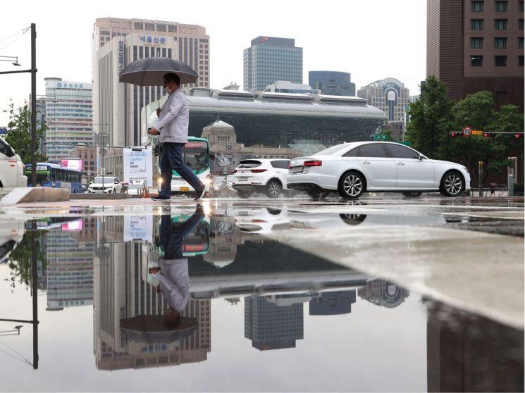 비가 내린 지난 6월2일 오전 서울 시청역 인근에서 한 시민이 우산을 쓰고 횡단보도를 건너고 있다. / 사진=연합뉴스