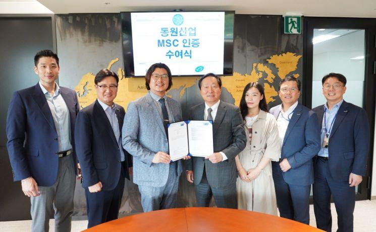 이명우 동원산업 대표이사(가운데 오른쪽)와 서종석 MSC 한국대표(가운데 왼쪽)가 3일 동원산업 본사에서 MSC 인증 수여식을 진행하고 함께 사진을 찍고 있다.