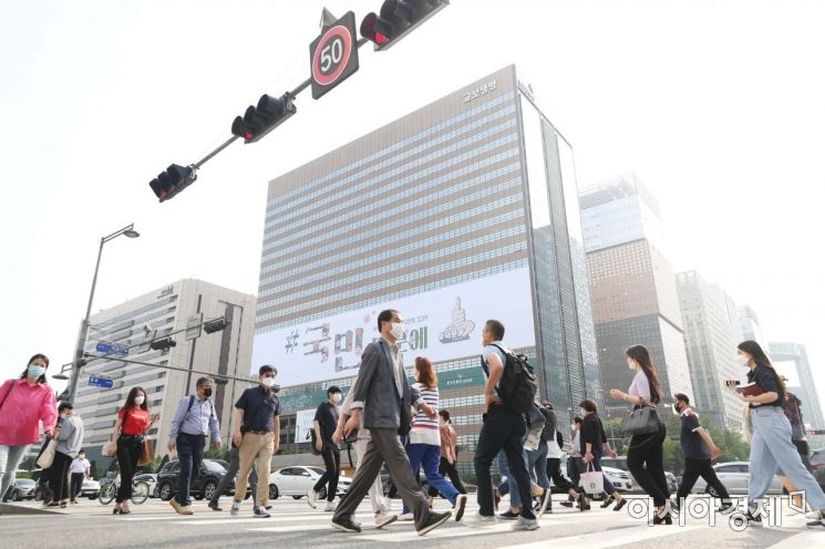 6일 서울 종로구 광화문 교보생명빌딩 외벽에 신종 코로나바이러스 감염증(코로나19) 관련 응원 문구 '#국민 덕분에'가 붙어 있다. /문호남 기자 munonam@