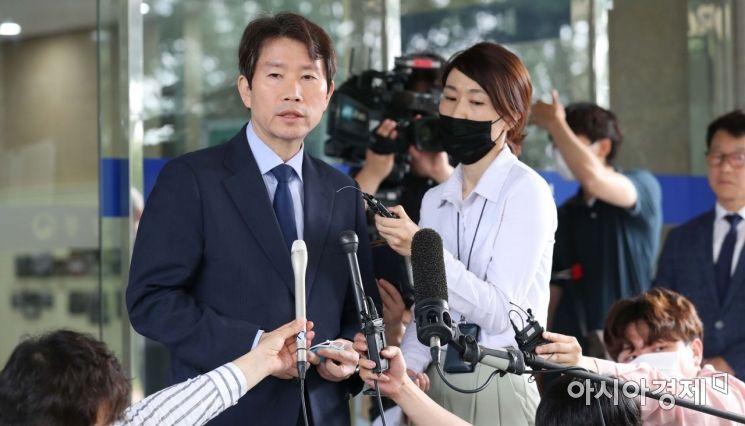 이인영 통일부 장관 후보자가 6일 서울 종로구 남북회담본부로 출근하던 중 취재진 질문에 답변하고 있다. /문호남 기자 munonam@