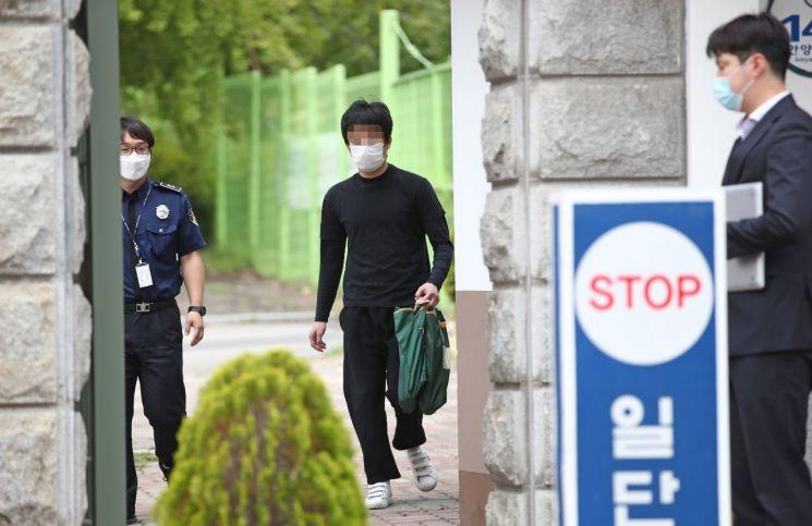 지난 6일 경기도 의왕 서울구치소에서 '웰컴 투 비디오' 운영자 손정우씨가 석방돼 나오는 모습. [이미지출처=연합뉴스]