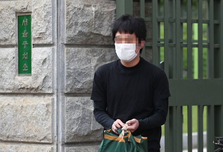 세계 최대 아동 성 착취물 사이트 '웰컴 투 비디오' 운영자인 손정우 씨가 6일 오후 법원의 미국 송환 불허 결정으로 석방되어 경기도 의왕 서울구치소를 나서고 있다/사진=연합뉴스