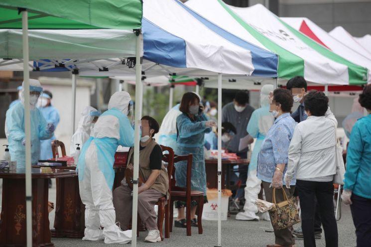 대전 관내 보건소에서 시민들이 코로나19 진단검사를 받기 위해 줄을 서고 있다. 대전시 제공