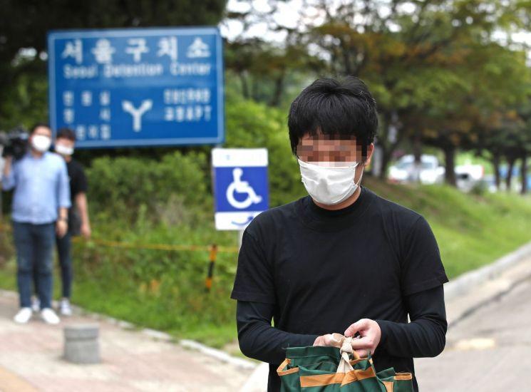 세계 최대 아동 성 착취물 사이트 '웰컴 투 비디오' 운영자인 손정우 씨가 6일 오후 법원의 미국 송환 불허 결정으로 석방되어 경기도 의왕 서울구치소를 나서고 있다. [이미지출처=연합뉴스]