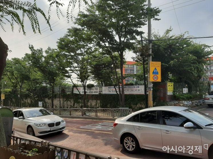 6일 오후 경기도 한 초등학교 앞에 지정된 스쿨존에서 승용차 2대가 서행하고 있다. / 사진=임주형 인턴기자 skepped@asiae.co.kr