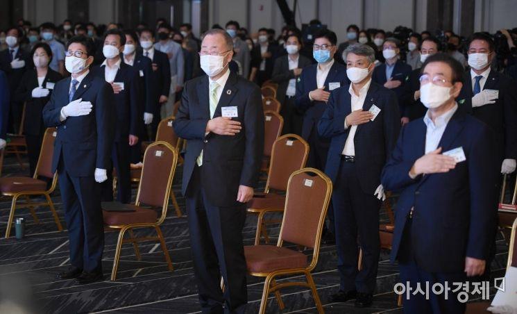 [포토] 국민의례하는 참석자들