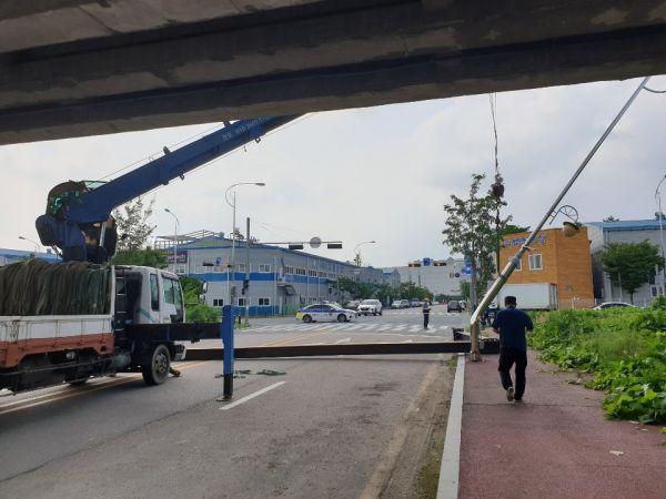 광주 평동산단서 화물차가 구조물 들이받아…5일간 교통통제