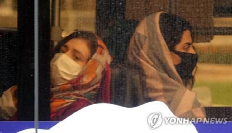 마스크를 착용한 채 버스에 탑승한 테헤란 시민. 사진=연합뉴스