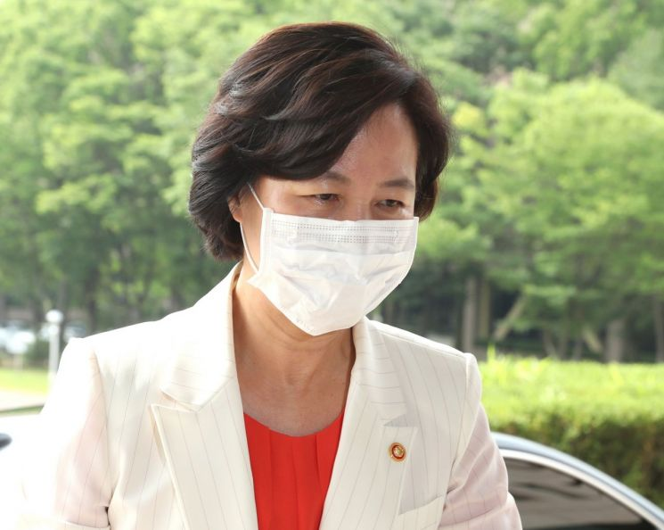 추미애 법무부 장관이 6일 오전 경기도 정부과천청사로 출근하고 있다. [이미지출처=연합뉴스]
