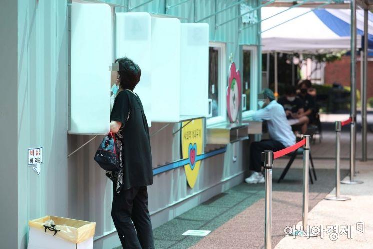 8일 서울 광진구보건소 신종 코로나바이러스 감염증(코로나19) 선별진료소 앞에 설치된 옥외 검체채취 부스에서 시민들이 진료를 받고 있다. /문호남 기자 munonam@