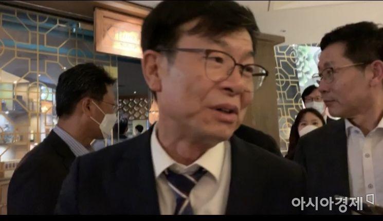 김상조 청와대 정책실장이 8일 서울 광화문 모처에서 통신3사 대표와 포털 2사 대표를 만나 비공개 만찬회동을 가졌다.