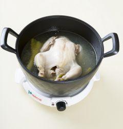 1. 닭은 씻어서 냄비에 넣고 물 8컵을 붓고 닭 삶는 물 재료를 모두 넣어 1시간 정도 푹 끓인다. (Tip 압력솥을 이용하면 조리 시간도 단축시킬 수 있고 닭도 부드럽게 익는다. 압력솥을 이용할 때는 10분 정도 끓이면 된다.)