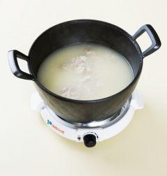 4. 닭 육수 8컵에 녹두와 찹쌀을 넣어 끓이다가 20분 정도 지나 녹두와 찹쌀이 적당히 퍼지면 밑간한 닭살을 넣어 끓인다. (Tip 닭고기 삶은 육수가 부족하면 물을 더 넣으면 된다.)