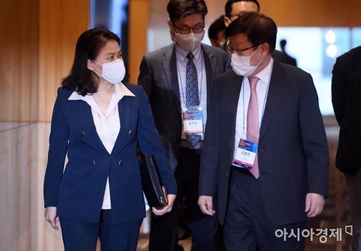 [포토] 대화하는 유명희 본부장과 김영주 회장