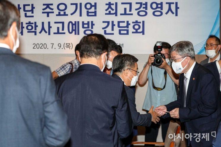 [포토]참석자들과 인사하는 이재갑 장관