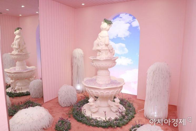 젠틀몬스터 X 제니 '젠틀 홈', 블랙핑크 제니의 판타지를 담아낸 2층 '핑크 파운틴 룸'