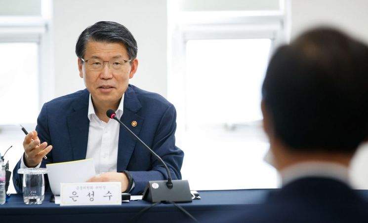 은성수 금융위원장이 9일 경기도 이천에 있는 보험개발원 자동차기술연구소에서 인공지능(AI) 기반 자동차보험 보상서비스 간담회를 진행하고 있다.