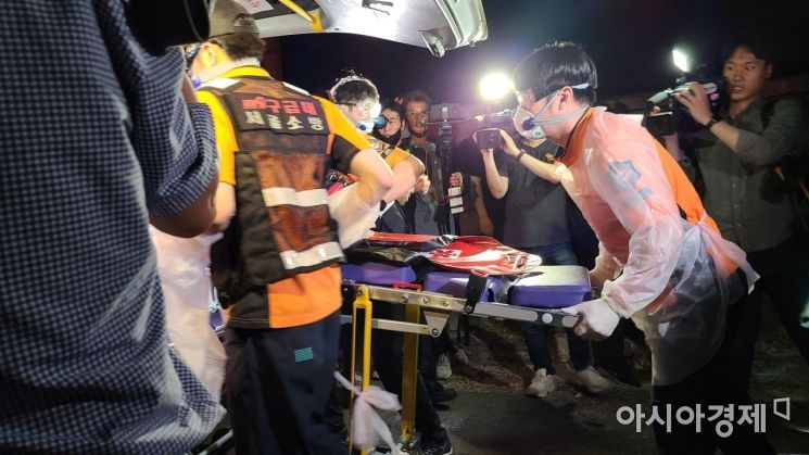 10일 박원순 서울시장이 숨진 채 발견된 가운데 소방대원들이 현장 감식을 위한 장비를 옮기고 있다./사진=송승윤 기자