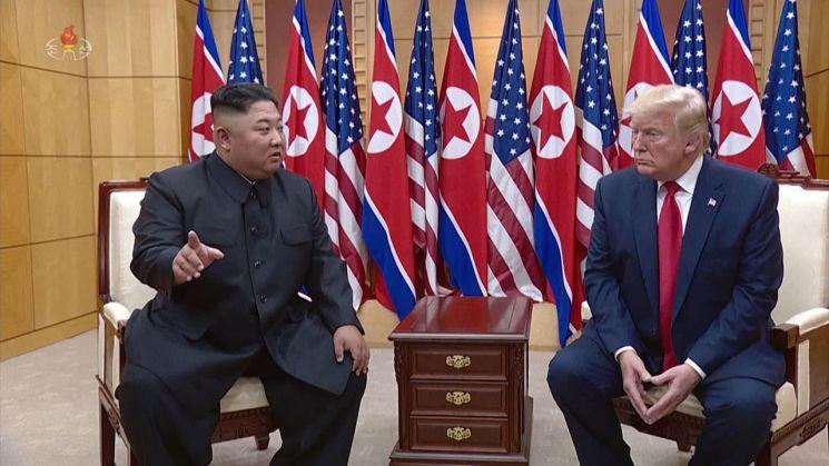 2019년 6월 30일 판문점 남측 자유의 집에서 회담하는 김 위원장과 도널드 트럼프 미국 대통령.