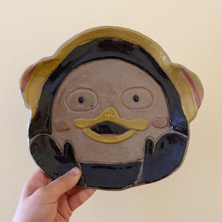 공방에서 제작된 캐릭터 접시.