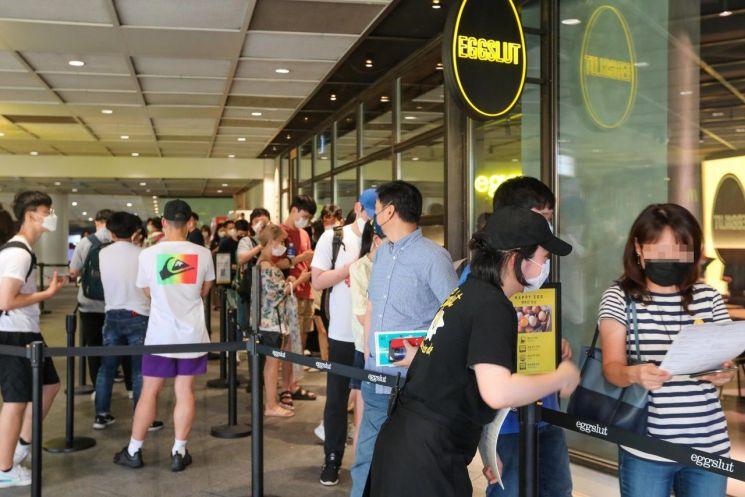 서울 코엑스에 들어선 에그슬럿 국내 1호점. 10일 고객들이 입장을 기다리며 줄을 서 있다.