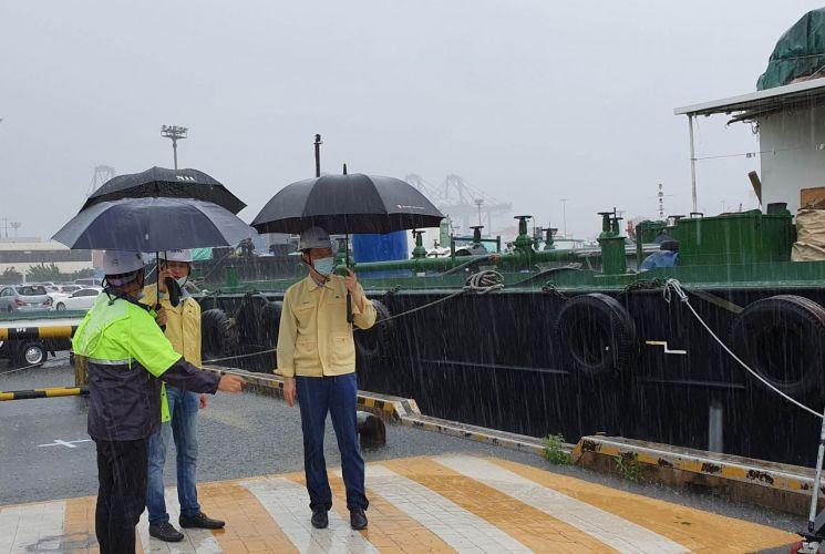 부산항만공사 김춘현 운영본부장 등이 호우경보가 내린 10일 부산항에서 안전점검 활동을 벌이고 있다.