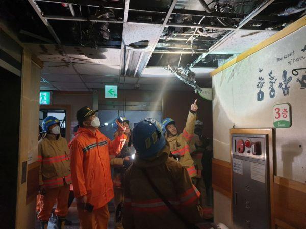 마재윤 전남소방본부장과 감식팀이 화재 현장을 살펴보고 있다. 사진=전남소방본부 제공