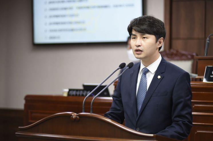 순천시의회 박종호의원이 10일 열린 임시회에서 '지방자치법 전부개정법률안' 의결을 촉구하고 있다.