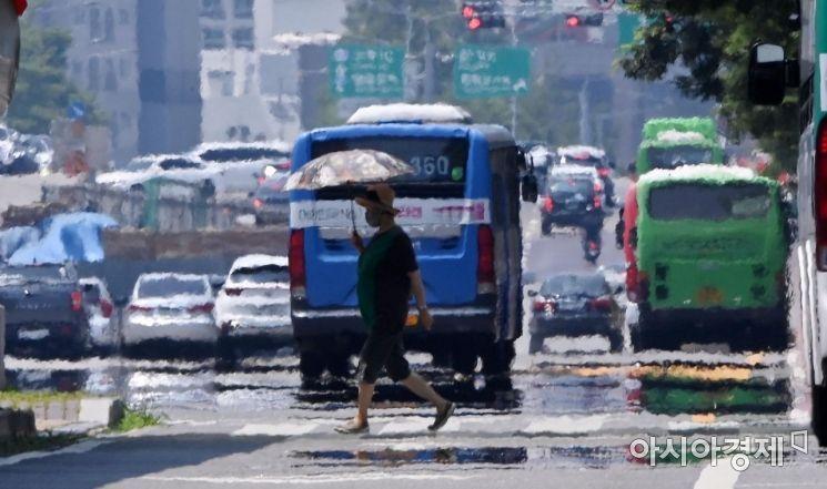 11일인 토요일은 전국이 대체로 흐린 가운데 곳곳에 비가 내리며 후덥지근하겠다.