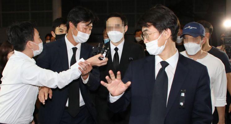 고 박원순 서울시장의 아들 박주신 씨가 11일 아버지 빈소가 마련된 서울대학병원 장례식장에 들어오고 있다. [이미지출처=연합뉴스]