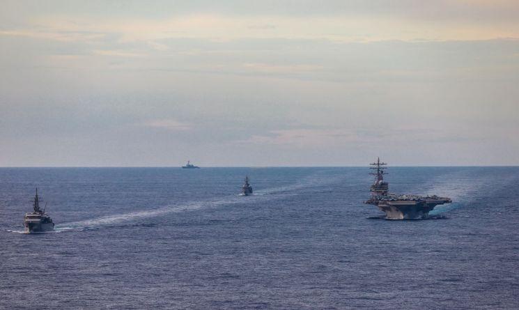 지난 7일 남중국해 일대에서 일본해상자위대 함정들과 훈련중인 미 해군 항공모함 로널드 레이건호의 모습[이미지출처=미 해군 홈페이지/www.navy.mil]