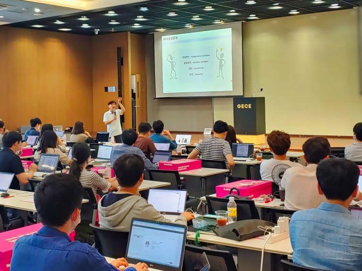 LG유플러스 직원들이 서울대학교에서 드림 빅 데이터 과정을 수강하고 있다.[사진=LG유플러스 제공]