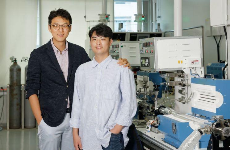 유니스트 박혜성 교수(왼쪽)와 박상현 연구원.
