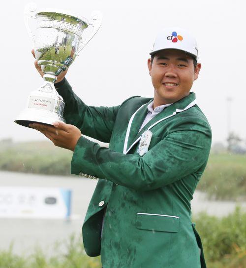 김주형이 KPGA 군산CC오픈 우승 직후 트로피를 들고 기념 촬영을 하고 있다. 사진=KPGA
