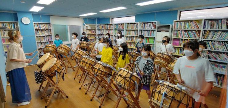 온종일 돌봄체계구축 시범사업의 일환으로 진행된 난타 동아리