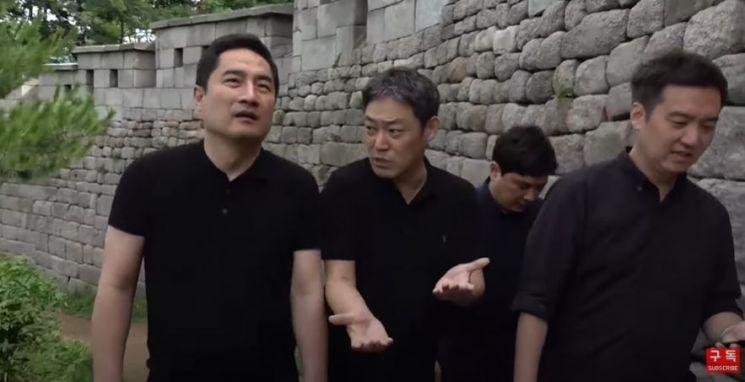 지난 10일 유튜브 채널 '가로세로연구소'(가세연) 관계자들이 서울 북악산 등산로를 오르고 있다. 이날 가세연 측은 고(故)박원순 서울시장 사망 관련 막말을 했다는 논란에 휩싸였다. / 사진=유튜브 방송 캡처