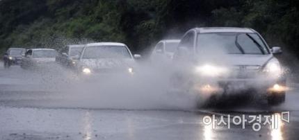 장맛비가 내린 도로에서 차량이 물보라를 일으키며 지나고 있다. 사진은 기사와 무관함 /김현민 기자 kimhyun81@