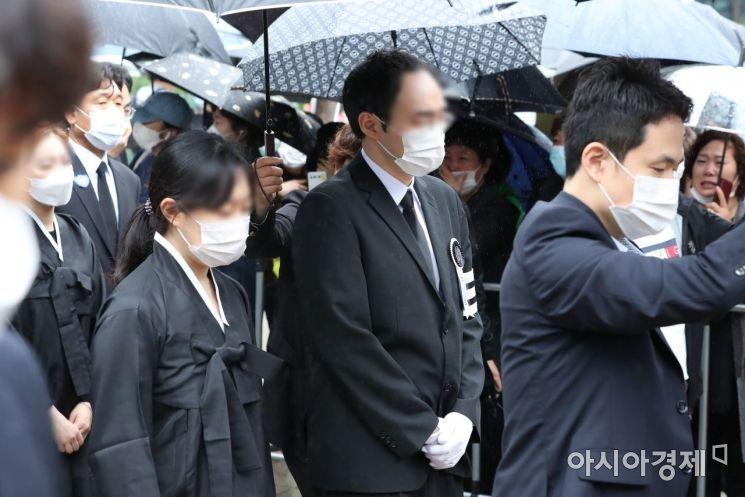 [포토] 영정 따르는 상주 박주신 씨와 유가족