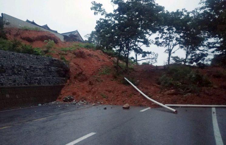경남 산청군 동의보감촌 주변 동로 법면이 유실돼 도로가 차단됐다 [이미지출처=연합뉴스]