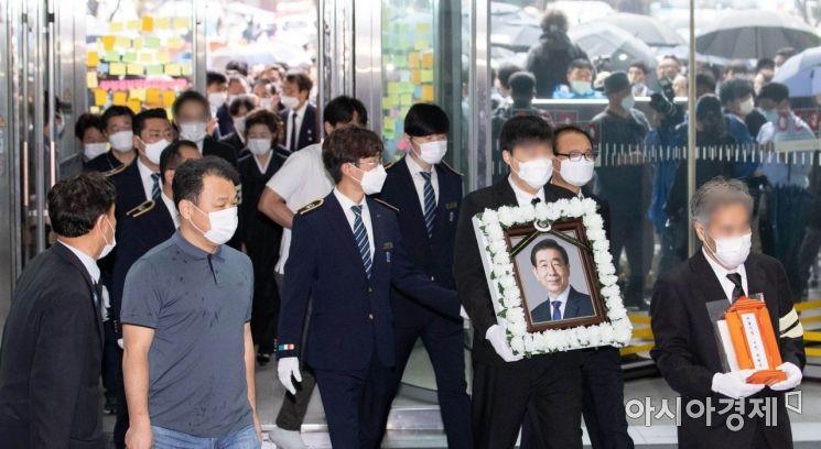 [포토] 서울시청 들어서는 故박원순 시장 운구행렬