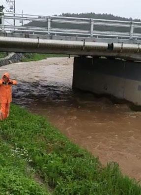 남성 2명 실종된 마을 수로에서 119대원이 수색작업을 하고있다