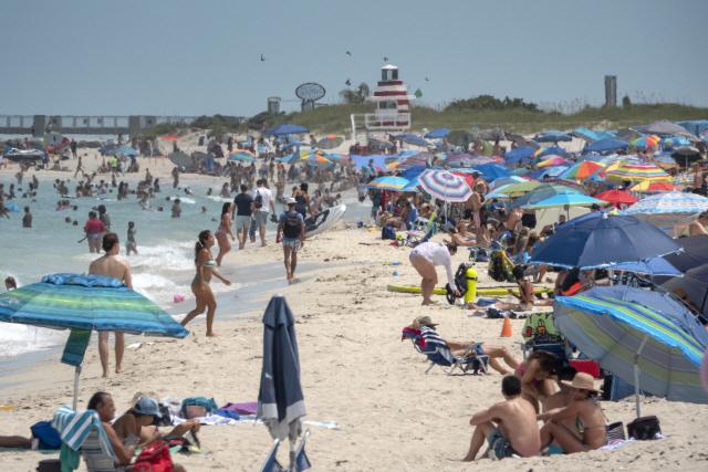 12일 미 플로리다주 마이애미 비치에 모인 사람들이 따뜻한 날씨를 즐기고 있다. 이날 플로리다주 신규 코로나19 확진자 수는 1만5300여명으로 역대 가장 높았다. / 사진=연합뉴스