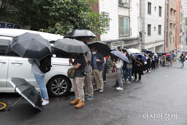 13일 서울 은평구 한국여성의전화 앞에서 취재진이 서울시장에 의한 위력 성추행 사건 기자회견에 참석하기 위해 줄을 서고 있다. /문호남 기자 munonam@