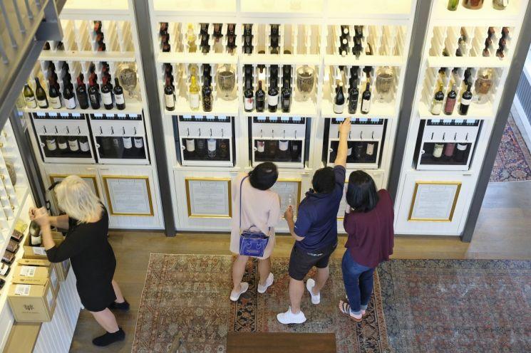 캘리포니아주 오크빌의 한 와인샵에서 소비자들이 와인을 고르고 있다. 이날 개빈 뉴섬 캘리포니아 주지사는 식당매장내 영업 중단은 물론 술집, 와이너리, 극장등의 영업을 중단시켰다. [이미지출처=AP연합뉴스]