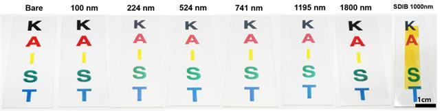 번 연구에서 합성된 초 고굴절 고분자의 두께별 사진(좌측부터 7개)과 기존 황 기반 고분자(SDIB)의 사진이다. 짙은 노란색을 띠는 기존의 황 고분자와 달리, 이번 연구에서 확보된 재료들은 매우 뛰어난 투명성을 보인다.