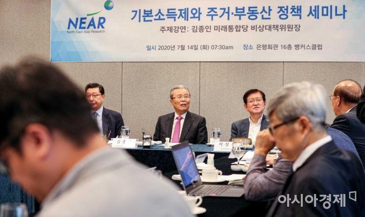 [포토]참석자들과 의견 나누는 김종인 위원장