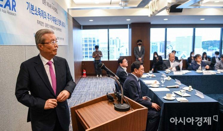 [포토]연단으로 이동하는 김종인 위원장