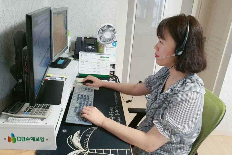 DB손해보험 콜센터 직원이 재택 상담 업무를 하고 있다.