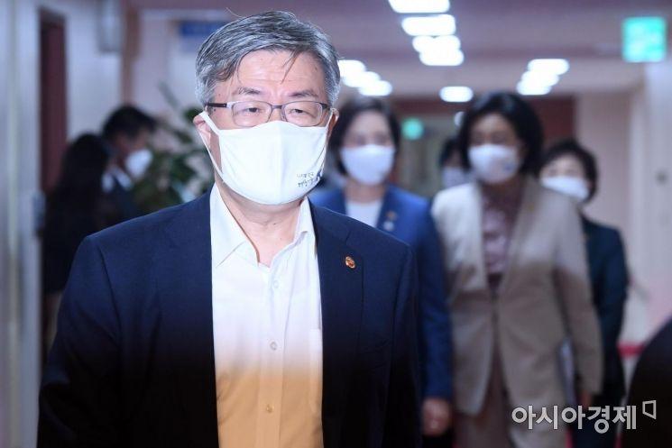 [포토] 국무회의 참석하는 이재갑 장관